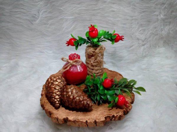 سینی چوبی شگفت انگیز از صدف ، کاج ، گل و گیاه ، کنف ، سنگ و شمع بزرگ کار شده است.